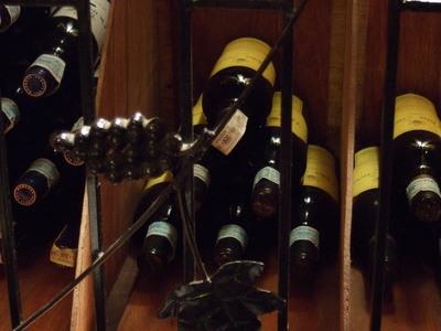 棚に並んだワイン