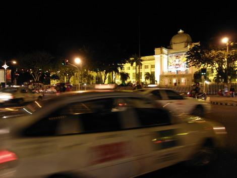 州政府庁舎(Provincial Capitol)前