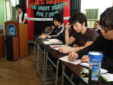 フィリピン・セブ市の英語学校『LIFE CEBU』で議論大会